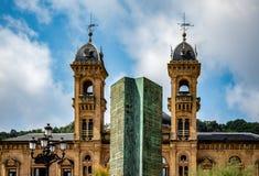 Monument vor Rathaus stockbild