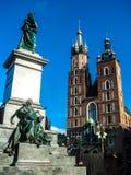 Monument zu Adam Mickiewicz und von Türmen der Kirche von St Mary auf dem Hauptmarktplatz der alten Stadt von Krakau, Polen Lizenzfreie Stockfotos