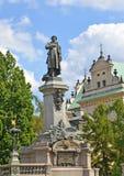 Monument zu Adam Mickiewicz vor dem hintergrund des Himmels W Stockfotos