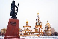 Monument zu den Gründern von Irkutsk und von Kathedrale der Offenbarung Stockbild