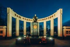 Monument zu den sowjetischen Soldaten hintergrundbeleuchtet am Abend Gomel, Belar Lizenzfreie Stockfotografie