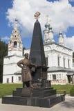 Monument zu Erofei Pavlovich Khabarov auf dem Hintergrund der Kirche der Transfiguration des Lords Stockfotos