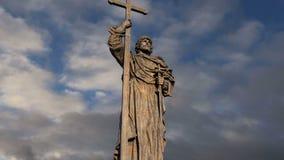 Monument zu heiligem Prinzen Vladimir das große auf Borovitskaya-Quadrat in Moskau nahe dem Kreml, Russland stock video
