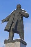 Monument zu Lenin auf einem Hintergrund des Winters des blauen Himmels in der Stadt von Velsk, Arkhangelsk-Region, Russland Lizenzfreie Stockbilder
