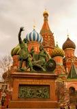 Monument zu Minin und zu Pozharsky in Moskau auf rotem quadratischem – ein bildhauerisches Monument eingeweiht den Führern der  lizenzfreie stockfotos