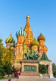 Monument zu Minin und zu Pozharsky und St. Basil Cathedral in Moskau, Russland Stockfotos