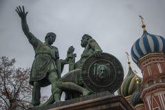 Monument zu Minin und Pozharsky und St. Basil Cathedral Lizenzfreies Stockfoto