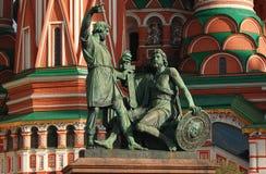 Monument zu Minin und zu Pozharsky nahe der Kathedrale St.-Basilikums auf Rotem Platz in Moskau Lizenzfreie Stockbilder