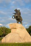 Monument zu Peter der Große (Bronzereiter, das Symbol von St Petersburg) auf dem Hintergrund Stockfotografie