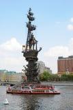 Monument zu Peter der Große, ein Kreuzschiff segelt auf den Moskau-Fluss Stockfotos