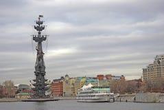Monument zu Peter der Große in Moskau- und Brusov-Museum versenden Lizenzfreies Stockfoto