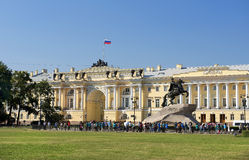 Monument zu Peter der Große und zum Gebäude des Obersten Gerichts, St Petersburg Stockfotografie