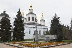 Monument zu Semyon Ivanovich Dezhnev vor dem hintergrund der Kathedrale der Annahme von gesegneten Jungfrau Maria in Velik Lizenzfreie Stockfotos