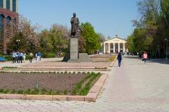 Monument zu Shabdan Baatyr (Shabdan Djantaev) und Kyrgyz nationale Universität nannte Zhusup Balasagyn Lizenzfreie Stockfotografie