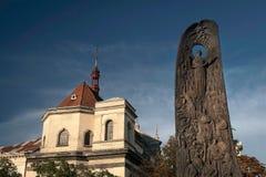Monument zu Taras Shevchenko in Lemberg auf dem Hintergrund der Kirche Stockbild