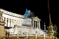 Monument zu Vittorio Emanuele II nachts, Rom es stockfotografie
