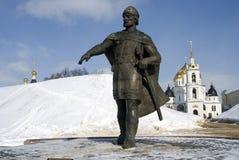 Monument zu Yuri Dolgoruky- und Annahmekathedrale Der Kreml in Dmitrov, alte Stadt in Moskau-Region Stockfotografie
