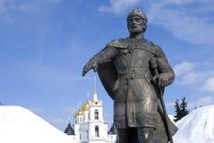 Monument zu Yuri Dolgoruky- und Annahmekathedrale Der Kreml in Dmitrov, alte Stadt in Moskau-Region Lizenzfreie Stockfotografie