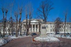 Monument zum Chirurgen Spasokukotsky und zum Gebäude der Stadtklinik Lizenzfreie Stockfotografie