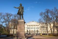 Monument zum Dichter Pushkin auf Künsten quadrieren, auf dem Hintergrund O Lizenzfreie Stockfotos