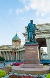 Monument zum Feld-Marschall Prince Barclay de Tolly auf dem Hintergrund der Kasan-Kathedrale in St Petersburg, Russland lizenzfreies stockbild
