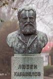 Monument zum Nationalhelden Luben Karavelov aufgestellt in der bulgarischen Stadt Burgas im Seegarten lizenzfreie stockfotografie