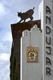 Monument zum Pardelluchs, der Buchstaben in der vertikalen Stadt von Andújar enthält Stockfotografie