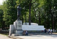 Monument zum russischen Dichter Nikolai Nekrasov auf dem Damm in Yaroslavl lizenzfreies stockbild