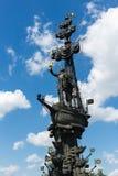 Monument zum russischen Zar Peter der Große auf einem Überbrückungskanal O lizenzfreie stockfotos