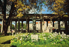 Monument zum weiblichen Athleten mit Pfeil und Bogen im Garten mit Blumen Stockfoto