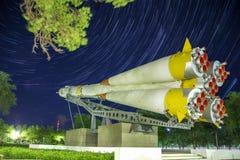 Monument zur Soyuz-Rakete Startrails-Hintergrund lizenzfreie stockfotos