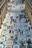 Monumental gata med folk som går och shoppar Royaltyfria Bilder