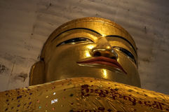 Monumental golden Buddha squeezed in huge Tempel in New Bagan Stock Photography