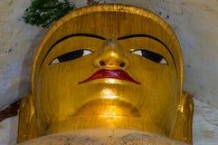 Monumental guld- Buddhaframsidastående i gammal tempel Royaltyfria Foton