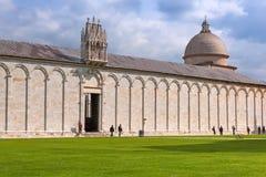 Monumental kyrkogård av Pisa på det lutande tornet i Italien Royaltyfri Foto