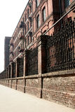 Monumentale, oude fabriek achter de muur royalty-vrije stock afbeelding
