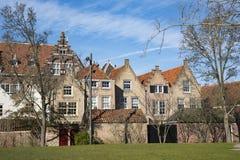 Monumentalni budynki w ulicznym Kloostertuin w Dordrecht, Holandia obrazy royalty free