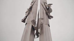 Monumentalny dziwaczny Stella pamięć Zabytek tworzący ludźmi Pamięć pas ruchu zbiory wideo