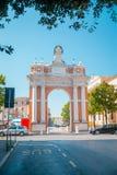 Monumentalt ärke- hängivet till påve mild XIV i Santarcangelo, Italien fotografering för bildbyråer