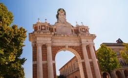 Monumentalt ärke- hängivet till påve mild XIV i Santarcangelo, Italien royaltyfria foton