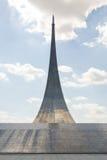Monumentbesegrare av utrymme som fodras med titanpaneler, höjd 107 M Arkivbild