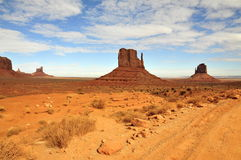 Monumentdal (Tsé BiiÊ ¼ Ndzisgaii); Arizona/Utah fotografering för bildbyråer