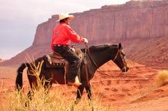 Monumentdal, Utah - September 12: Den stam- monumentdalen parkerar i Utah USA på September 12, 2011 Cowboy på häst i berömd tr Arkivbilder