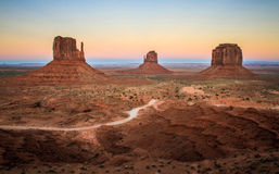 Monumentdalsikt på solnedgången som visar tumvantena, Utah, USA Royaltyfri Fotografi