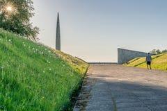 Monumente und eine Sonne, die durch einen Baum hinaufklettert lizenzfreies stockfoto