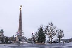 Monumenten Gouden Vrouw In het gebied zijn er auto's royalty-vrije stock afbeeldingen