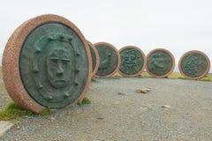 Monumenten` Kinderen van de aarde ` door kinderen van verschillende landen bij de het Noordenkaap wordt gecreeerd, Noorwegen dat Stock Fotografie