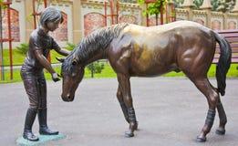 Monumentenmeisje en paard Stock Afbeeldingen
