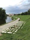 Monumententoetsenbord in het gras op de banken van de Iset-Rivier, Yekaterinburg, Rusland royalty-vrije stock afbeeldingen