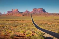 Monumentenvallei met U S Weg 163 bij zonsondergang, Utah, de V.S. Stock Fotografie